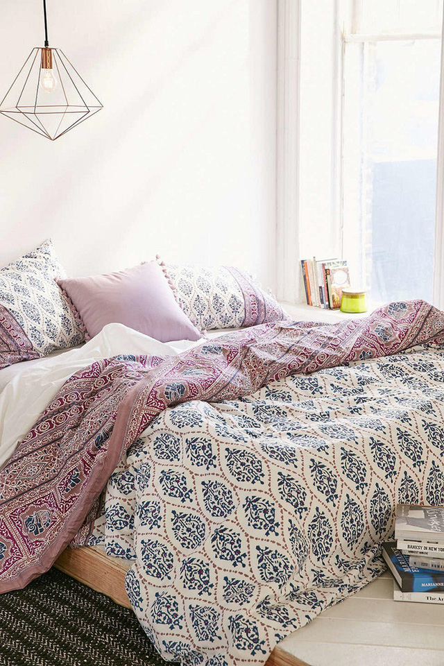 Khăn trải giường bằng vải lụa màu xanh da trời, màu hồng phấn và trắng tinh khiết đem lại cái nhìn đơn giản nhưng đẳng cấp.