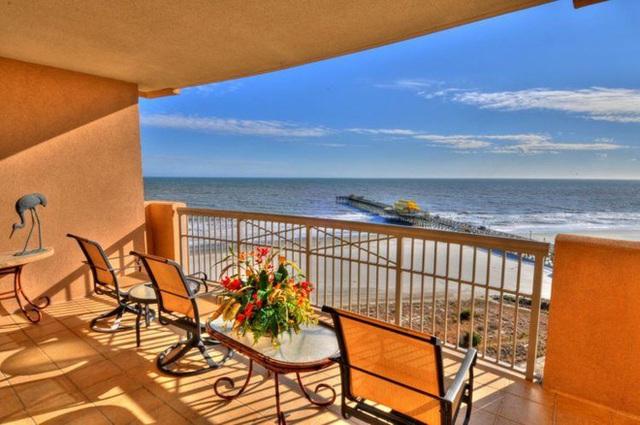 18. Từ ban công tầng 26 khu nghỉ dưỡng Margate Tower Myrtle ( South Carolina), du khách có thể ngắm bãi biển Myrtle trải dài với bãi cát trắng mịn.