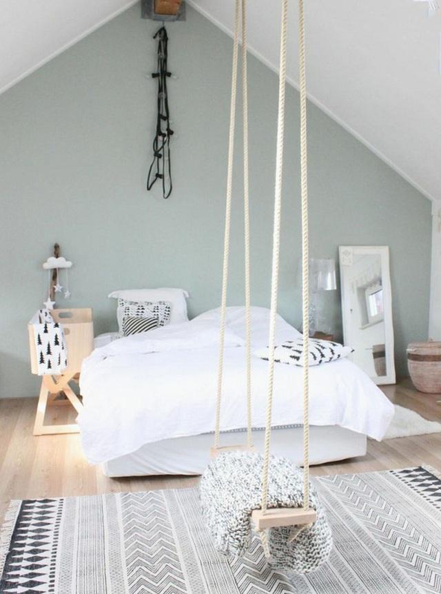 Phòng ngủ kiểu Scandinavia có màu đen và trắng kèm với một thiết kế swing có thể được sử dụng như một bộ phận trang trí cho cả căn phòng.