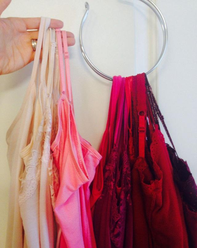 18. Một chiếc móc hình tròn tự chế có thể giúp bạn treo được nhiều chiếc váy ngủ, áo hai dây và như thế cũng đồng nghĩa với việc bạn tự tạo thêm không gian cho tủ đồ.