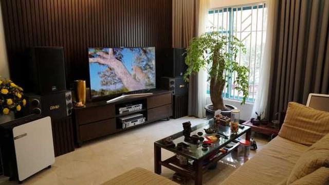 Bước vào phòng khách là không gian khá rộng rãi với cửa sổ nhìn thẳng ra khoảng sân của khu chung cư. Bên cạnh đó căn phòng còn gây ấn tượng với dàn loa karaoke được Quang Tèo đầu tư để phục vụ nhu cầu giải trí trong gia đình.
