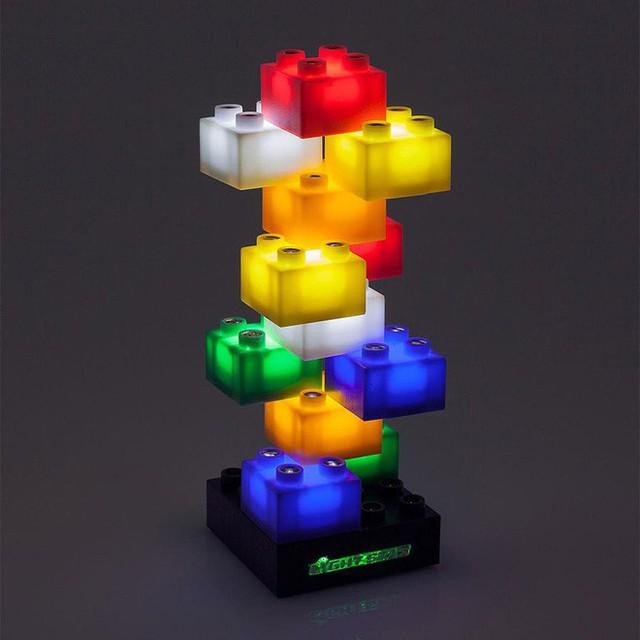 16. Mẫu đèn độc đáo nhưng lại nhìn quá quen thuộc được lấy cảm hứng từ những miếng lego ghép hình quen thuộc.