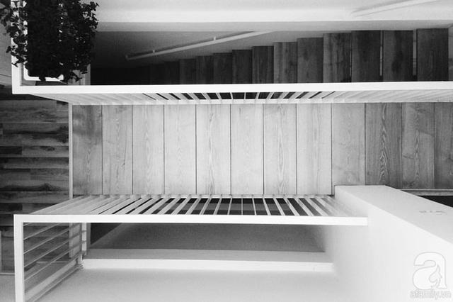 Có thể thấy việc chuyển dịch lại cơ cấu cầu thang cũng như kết hợp với giếng trời và các hệ cửa kính mở đã mang đến cho ngôi nhà sự thay đổi hoàn toàn với một hơi thở mới, trẻ trung và năng động hơn hẳn.