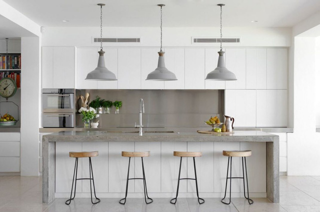 19. Khi đóng vị trí trung tâm của căn phòng, đảo bếp không thể nào không nổi bật với bề mặt cẩm thạch sáng bóng.