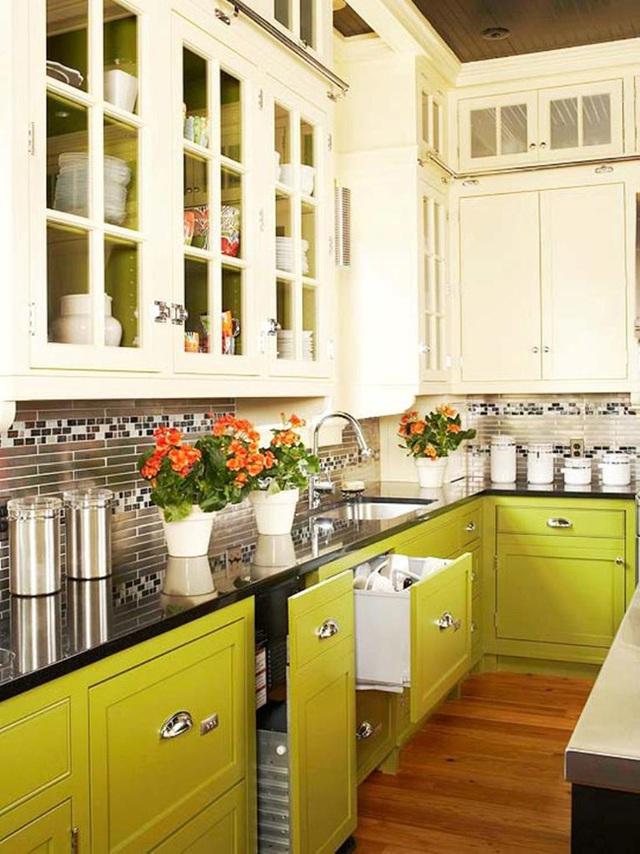 Tủ bếp màu vàng chanh và màu kem tạo nên một bộ đôi ấn tượng.