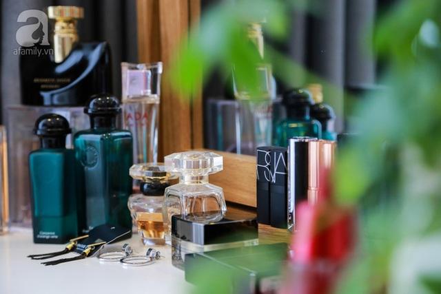 Một góc bàn phấn và một phần bộ sưu tầm nước hoa, mỹ phẩm của nữ chủ nhân duy mỹ.