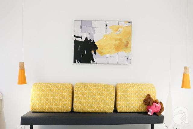 Điểm nhấn ấm áp từ tranh treo tường và gối tựa.