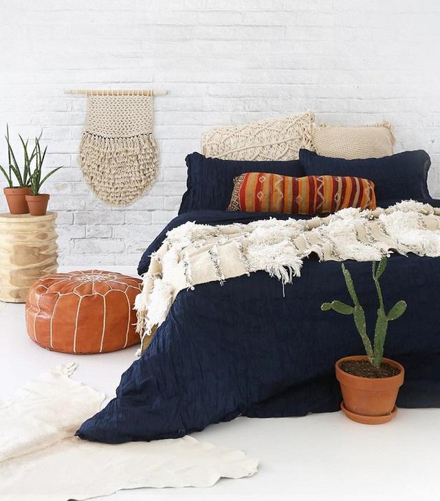 Bộ đồ giường theo phong cách hải quân kết hợp với gối trắng và chăn boho tạo cảm giác độc, lạ và cuốn hút.