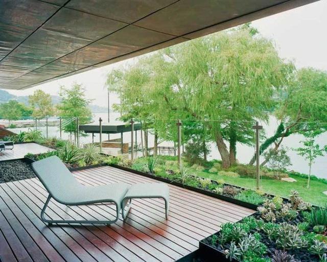 19. Thiết kế vách kính hiện đại của ban công căn nhà vườn ở Texas này cho phép bạn có cảm giác như được chạm vào cây cối, hồ nước ngay trước mặt.