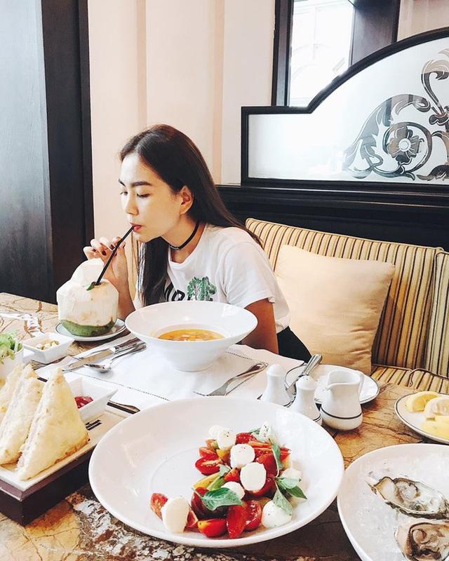 Cô thường xuyên được ông xã đưa đi ăn, đi chơi, mua sắm ở những nơi cao cấp, sang trọng, đơn cử như bữa sáng ở khách sạn Metropole Hà Nội này.