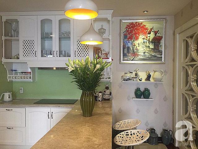 Không gian nấu nướng với điểm nhấn tươi vui từ màu xanh lá.