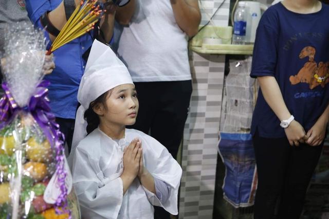 Khánh Nhi - con gái nuôi của nghệ sĩ Khánh Nam đội tang trong lễ viếng. Cô bé đang tham gia cuộc thi Sao nối ngôi nhí và được cha nuôi hỗ trợ trong một vài tiết mục.