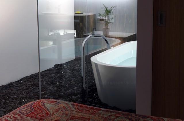 Sàn nhà tắm được rải đá như các Spa.