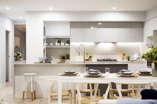 20. Khi lượng ánh sáng tự nhiên không đủ, bạn cần có một hệ thống ánh sáng nhân tạo đủ tốt để căn bếp luôn trông rực rỡ thế này.