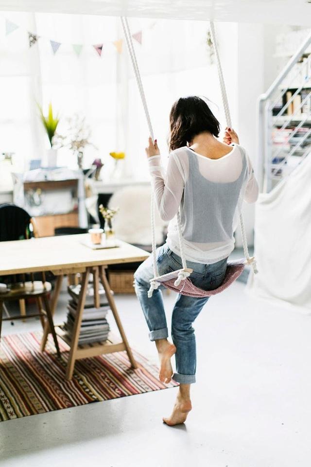 Treo một cái swing đơn giản trong văn phòng nhà của bạn để thư giãn trong lúc bạn mệt mỏi và lấy cảm hứng cho những ý tưởng ý tưởng tuyệt vời tiếp theo.