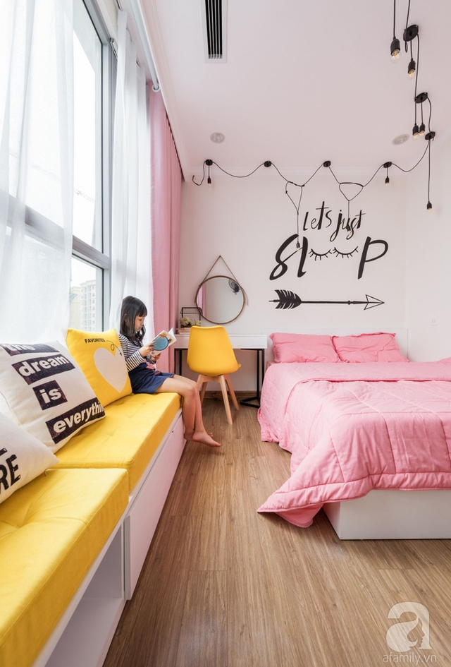 Kiến trúc sư đã khéo léo thiết kế ghế ngồi thư giãn, đọc sách dọc theo khung cửa sổ, lãng mạn và đầy mộng mơ.