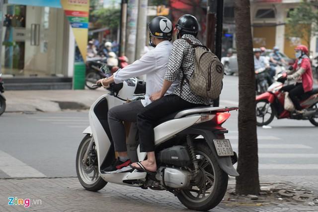 Kết thúc buổi giao lưu, Hoài Linh lên xe máy, được trợ lý đưa về. Ảnh: Nguyễn Bá Ngọc.
