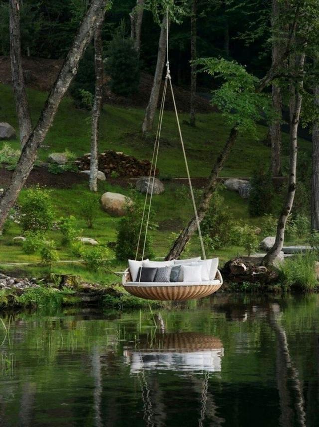 Nếu thích mạo hiểm hơn, bạn có thể treo giường ở trên mặt hồ.