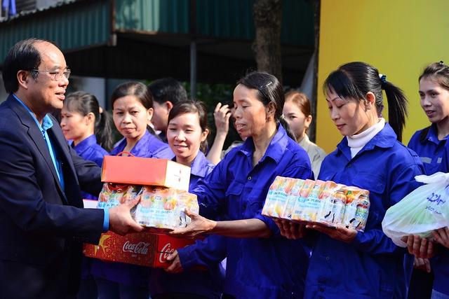 Ông Nguyễn Văn Đang cùng đại diện nhãn hàng Nutriboost trao quà Tết cho người lao động địa phương