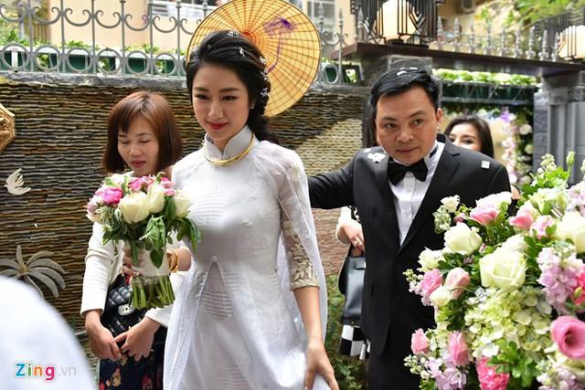 Theo phong tục, cô dâu Thu Ngân đội nón về nhà chồng. Cặp uyên ương nhanh chóng bước vào trong để làm lễ cúng gia tiên.
