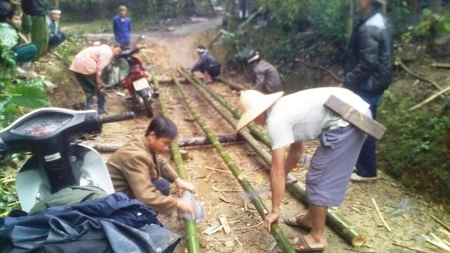 Dân làng xúm vào lo công việc hậu sự cho người xấu số.