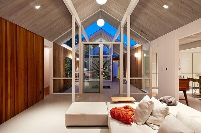 Đã sử dụng những tấm gỗ lợp mái màu nhạt rồi nên các bức tường được thay thế bằng gỗ màu nâu đậm tạo sự đặc sắc.
