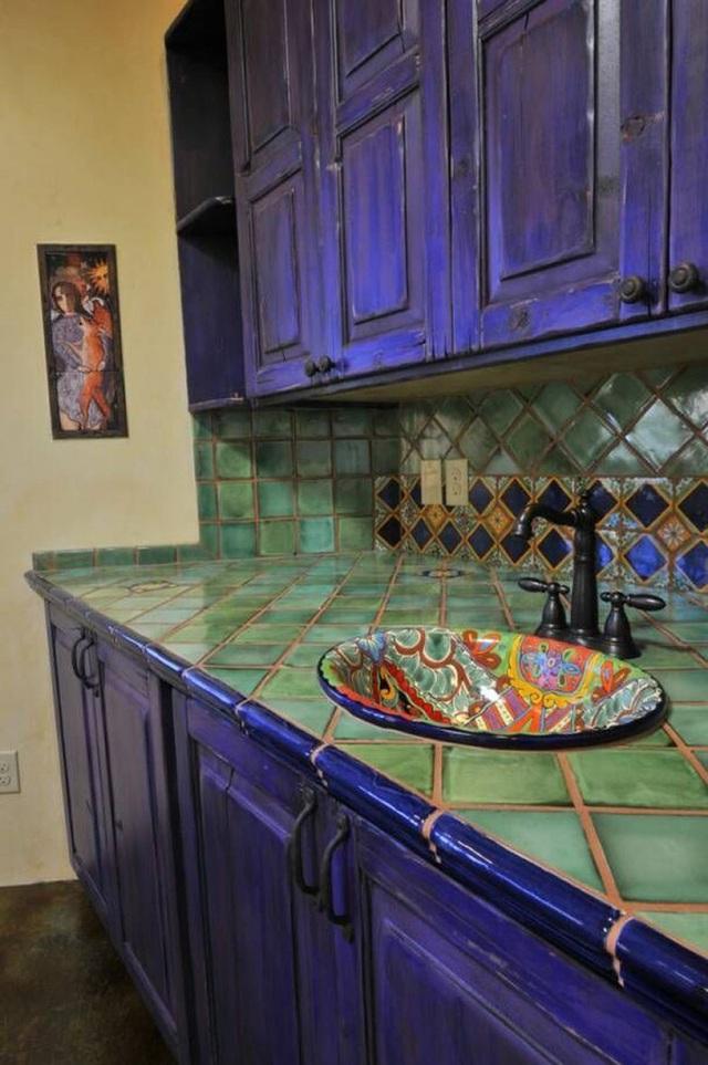 Tủ bếp màu tím đậm và gạch màu xanh lá tạo nên chút cổ điển đậm chất retro.