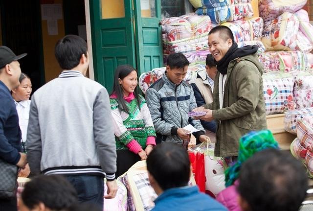 Người dân phấn khởi tập trung nhận những phần quà từ nam ca sĩ.