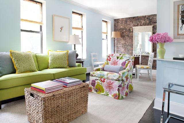 Một chiếc bàn café còn có thể dùng là giỏ đựng đồ - một trong những ý tưởng rất tốt để tận dụng được khu vực sinh hoạt chung của gia đình.