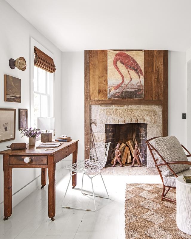 Do không có đủ diện tích để dành riêng một phòng làm việc , nên chủ nhà chỉ kê một chiếc bàn gỗ đơn giản gần cửa sổ để lấy ánh sáng và một chiếc ghế kim loại mắt lưới màu trắng giản đơn. Bếp sưởi được làm từ đá granit, bên trên là một tấm bảng gỗ với bức tranh hình con hồng hạc.