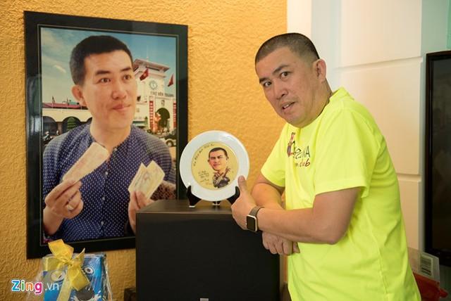 Trong nhà Nhật Cường trưng nhiều món đồ kỷ niệm fan tặng. Ảnh: Bá Ngọc.
