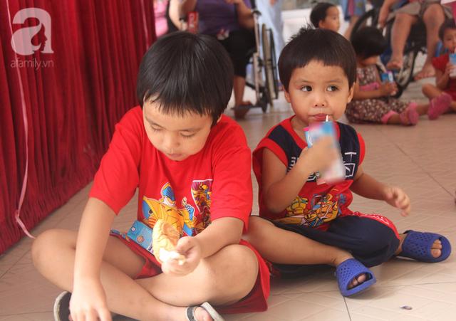 Hai đứa nhỏ đang được chăm sóc rất tốt tại trung tâm
