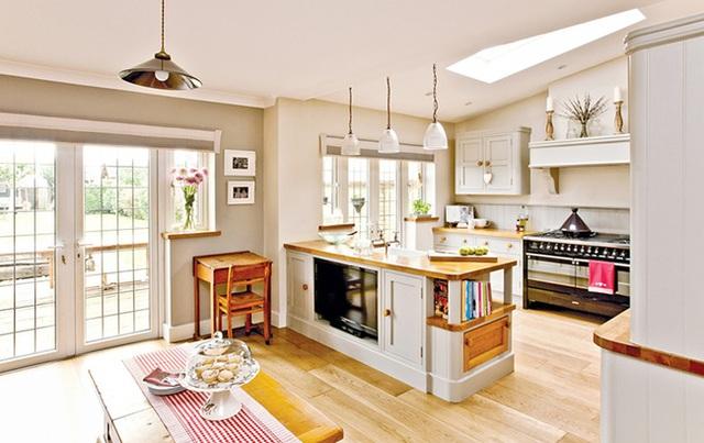 3. Phòng bếp và phòng ăn kiểu mở theo phong cách đồng quê với một chiếc khăn chải bàn kẻ sọc chạy dài.