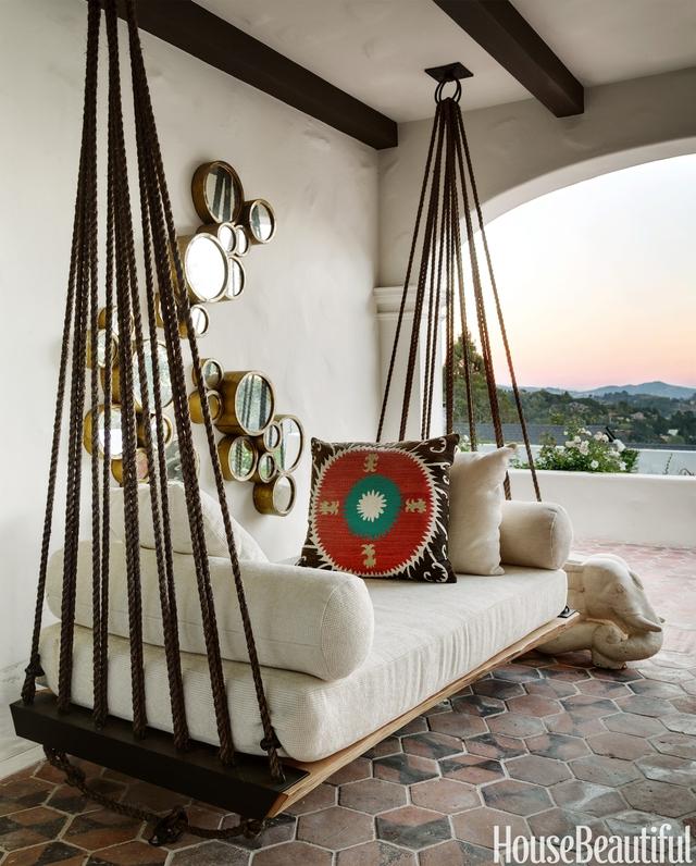 3. Một ghế xích đu cỡ lớn có thể vừa nằm hay ngồi cho hiên nhà bạn sẽ giúp bạn không phải đi xa mà vẫn có thể tận hưởng không gian ngoài trời một cách dễ dàng.