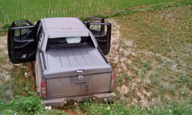 Chiếc xe bán tải biển xanh lao xuống ruộng sau khi va chạm xe máy