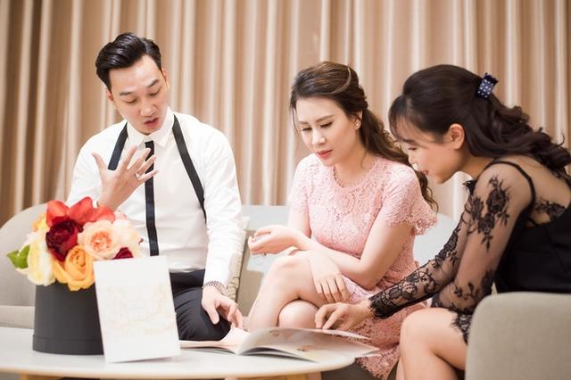Hai vợ chồng cùng xem những mẫu trang phục trước khi đưa ra quyết định.
