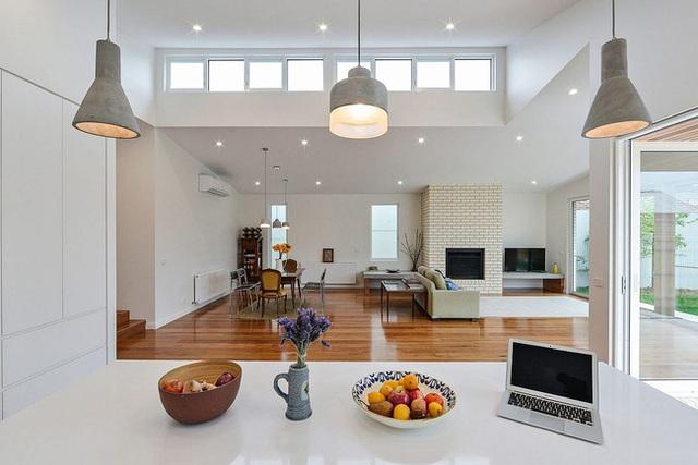 Tiến vào bên trong ngôi nhà, người xem sẽ phải giật mình vì sự hiện đại đến từ nội thất và thiết kế.