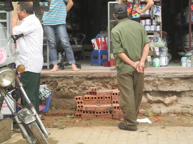 Nhiều người dân ở trên đường Khuất Duy Tiến tiến hành sửa chữa lại bậc thang sau khi bị lực lượng chức năng phá mất bậc tam cấp.