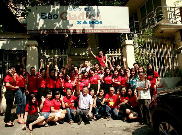 Tập thể Báo gia đình và Xã hội chụp ảnh kỷ niệm trước trụ sở Báo