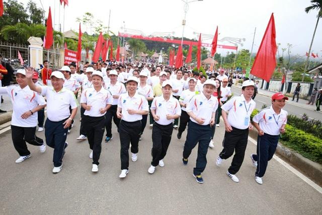 Bộ trưởng Nguyễn Ngọc Thiện cùng lãnh đạo tỉnh Thừa Thiên Huế dẫn đầu đoàn chạy bộ
