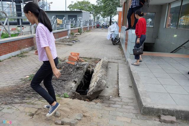 Anh Nguyễn Văn Toản (Hưng Yên) chạy xe ôm ở khu vực này cho biết, mấy nắp cống được nhấc lên hôm trước thì hôm sau có đội khác đến làm nhưng không thấy ai có ý định đặt lại vị trí cũ.