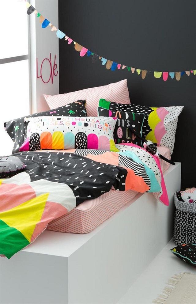3. Thiết kế giường nhiều màu sắc này sử dụng tông màu nền là đen huyền bí nên các hoa văn và màu sắc khác cứ gọi là nổi bần bật lên.