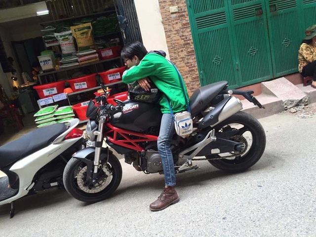 Liệu dùng môtô chạy xe ôm có phải là một hành động làm màu làm mè hay không? (Ảnh: Facebook)