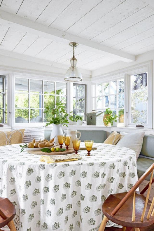Trong cả hai không gian nhà bếp và nhà ăn, kiến trúc sư Maya Williams đã tiếp cận bằng những thiết kế nội thất rất nhẹ nhàng. Cô sử dụng các tông màu cổ điển kết hợp với khăn trải bàn có hình thù hơi trừu tượng để tạo điểm nhấn.