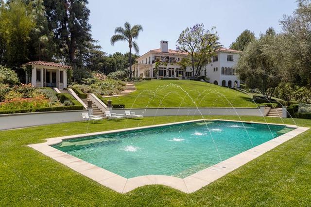 Bên ngoài là sân vườn rộng mênh mông và một khu bể bơi xinh xắn.