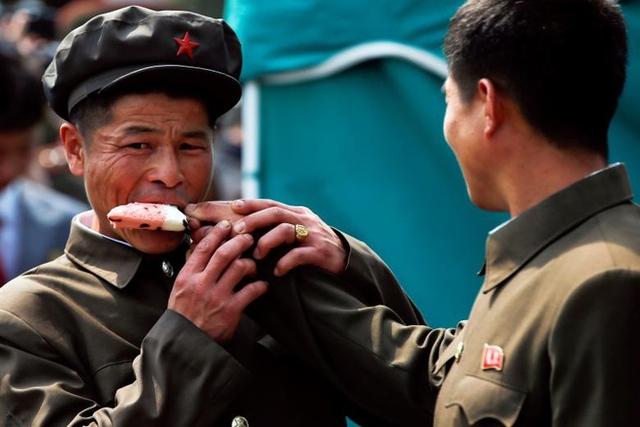 Hai anh lính Triều Tiên ăn chung một que kem.