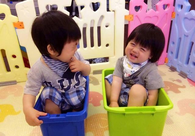 Những khoảnh khắc siêu đáng yêu của hai thiên thần nhỏ.