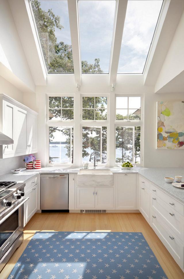 3. Bên cạnh kiểu cửa sổ kính bao quanh, một vài căn bếp còn được thiết kế với những ô cửa sổ trầnnhư thế này.
