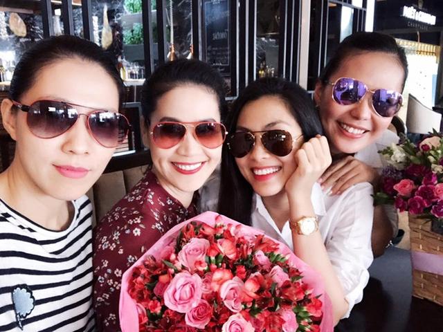 Không phải vướng bận việc chăm sóc hai con, Hà Tăng cười nói thoải mái bên bạn bè.