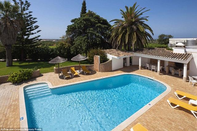 Biệt thự thuộc quyền sở hữu của ngôi sao nhạc pop kì cựu 76 tuổi Cliff Richard, tọa lạc tại Albuferia, phía nam Bồ Đào Nha.